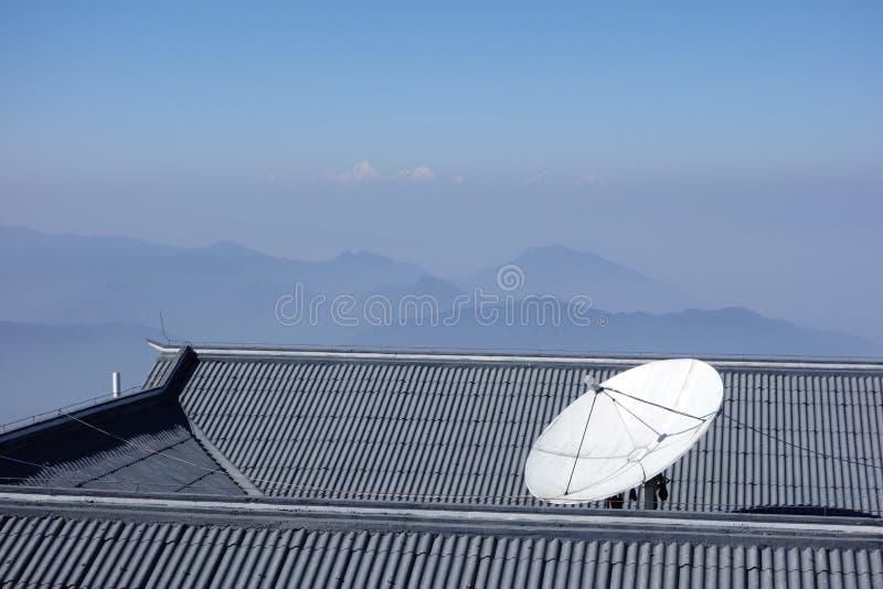 satelitą jest narożnikowy naczyń dom instalującym obraz royalty free