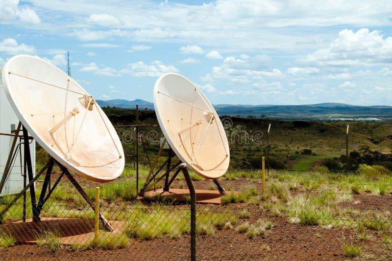 satelitą jest narożnikowy naczyń dom instalującym zdjęcia royalty free