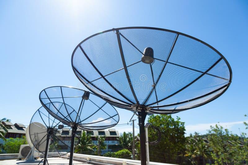 satelitą jest narożnikowy naczyń dom instalującym zdjęcie stock
