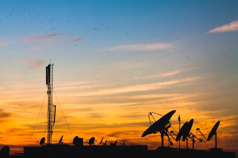 satelitą jest narożnikowy naczyń dom instalującym obraz stock