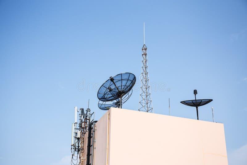 Satelliet en antenne stock afbeeldingen