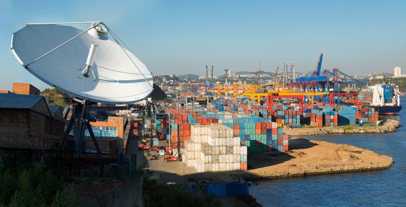 Satelliet schotel en van de Lading Vladivostok Haven stock foto