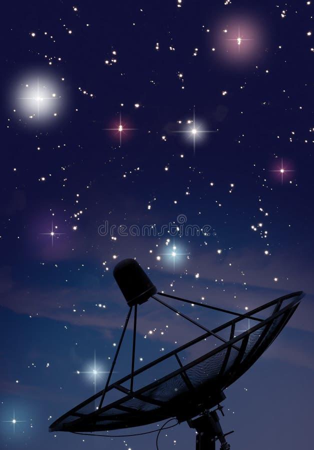 Satelliet schotel onder sterrige nacht royalty-vrije stock afbeelding