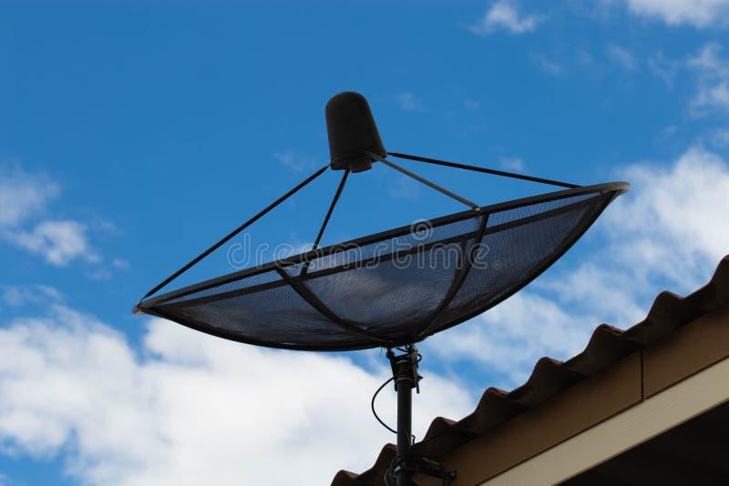 Satelliet schotel op dak stock foto