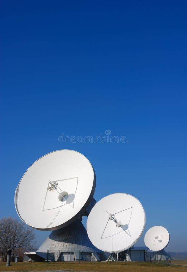 Satelliet schotels stock foto's