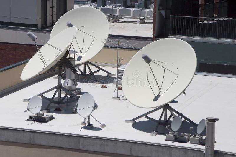 Satelliet Schotels stock foto