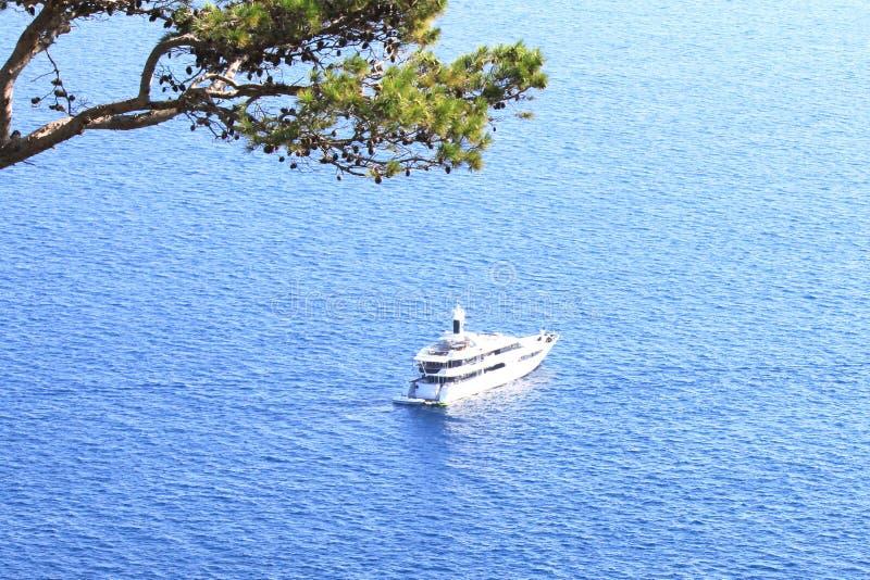 Satellietbeeld aan groot luxejacht tegen blauwe overzees royalty-vrije stock fotografie