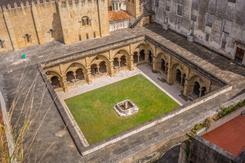 Satellietbeeld bij een klooster op klassieke de bouwkathedraal van ' Sé Velha' in Coimbra, Portugal stock foto's