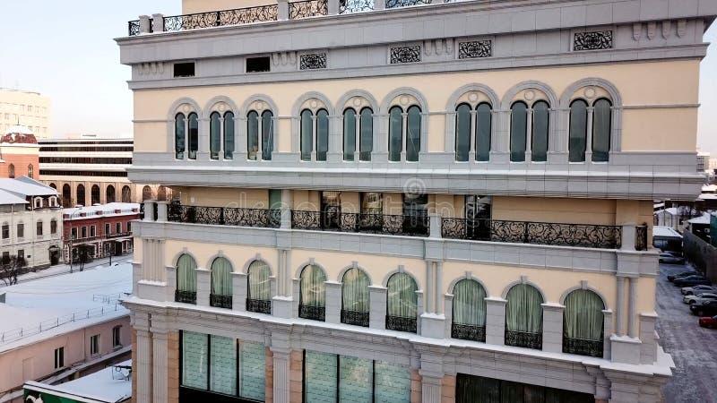 Satellietbeeld die overziend flatgebouw op bewolkte dag vestigen voorraad Hoogste mening van dure flats in stock afbeelding