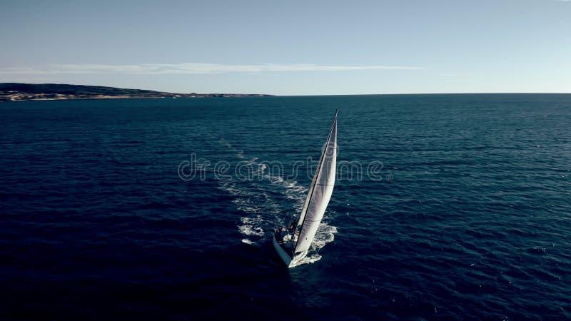 Satellietbeeld die van onbekende zeilboot op zee kruisen stock afbeeldingen