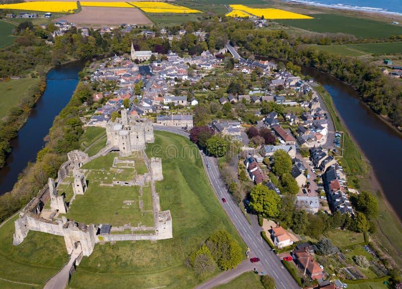 Satellietbeeld en Luchtbeeld van Warkworth-Kasteel en Dorp, Northumberland het UK royalty-vrije stock fotografie