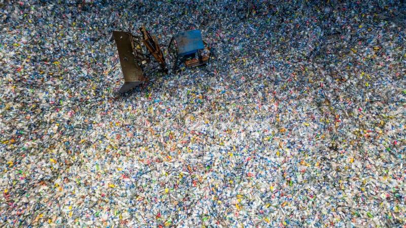 Satellietbeeld grote stapel van afval plastic flessen in de fabriek om op kringloop, Plastic Voorlichting, Plastic verontreinigin royalty-vrije stock afbeeldingen