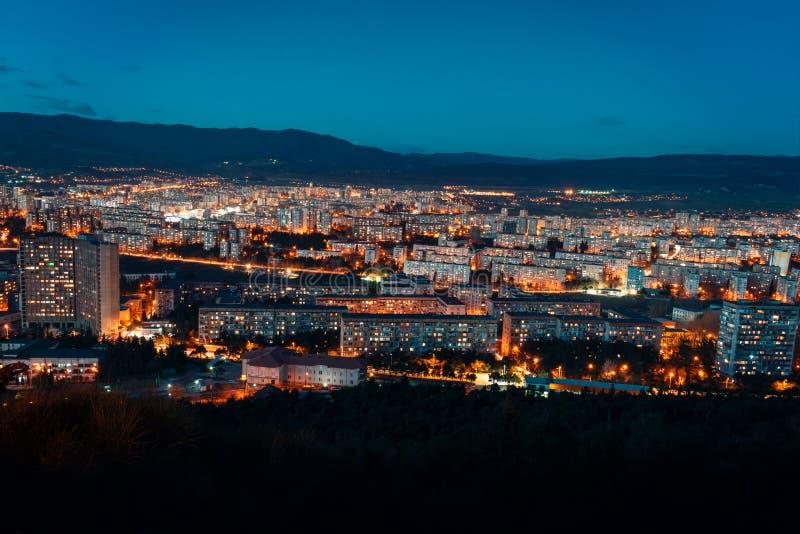 Satellietbeeld, nachtcityscape mening met nachthemel natuurlijke duidelijke mening over grote stadsblokken met straatlantaarns en royalty-vrije stock afbeeldingen