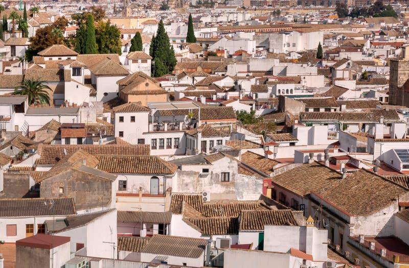 Satellietbeeld op cityscape van Cordoba met witte huizen en tegeldaken stock fotografie