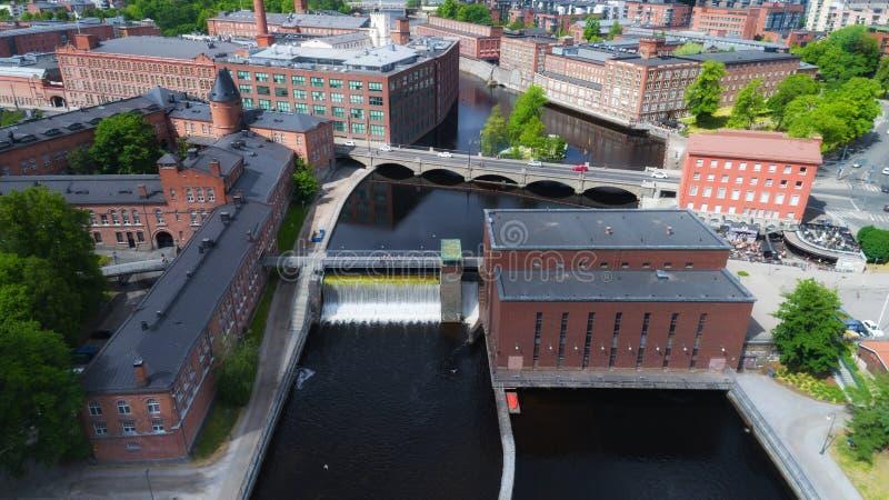 Satellietbeeld op dam in de stadscentrum van Tampere bij zonnige de zomerdag stock afbeeldingen