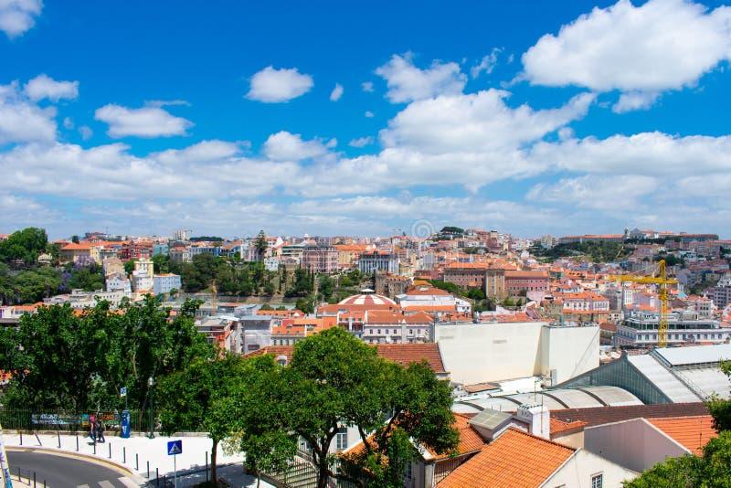 Satellietbeeld op gebouwen en oranje daken in Lissabon, Portugal Weergeven van hierboven op stad en architectuur royalty-vrije stock foto