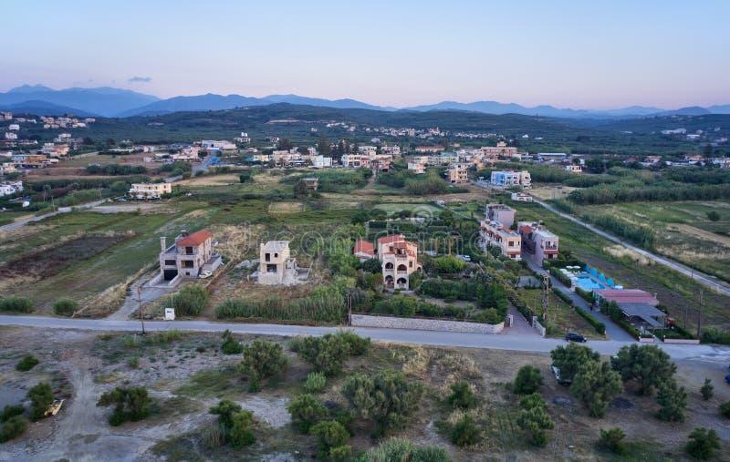Satellietbeeld op het gebied van Platanias beachfront met villa's en weg in avondtijd Kreta, Griekenland royalty-vrije stock afbeeldingen