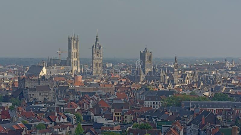 Satellietbeeld op het historische centrum van de stad van Gent, Vlaanderen die, België, de beroemde drie torens tonen stock afbeelding