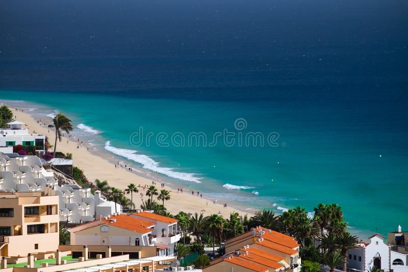 Satellietbeeld op het strand Morro Jable, Fuerteventura stock foto