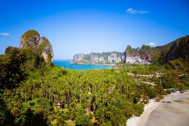 Satellietbeeld op panorama van Railay-strand in Krabi-provincie Blauwe oceaan en twee tropische beachs met hotels onder hemel Lan royalty-vrije stock afbeelding