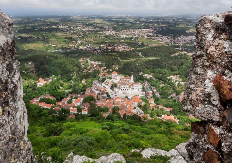 Satellietbeeld op Sintra-straten met bomen, tegeldaken historische baksteenhuizen, Portugal royalty-vrije stock fotografie