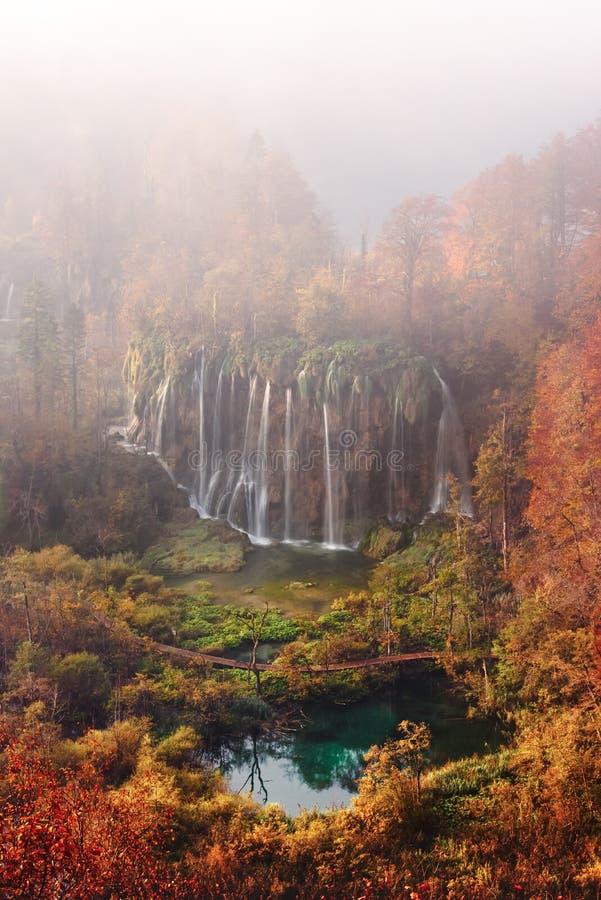 Satellietbeeld op verbazende mistige waterval in Plitvice-meren stock fotografie