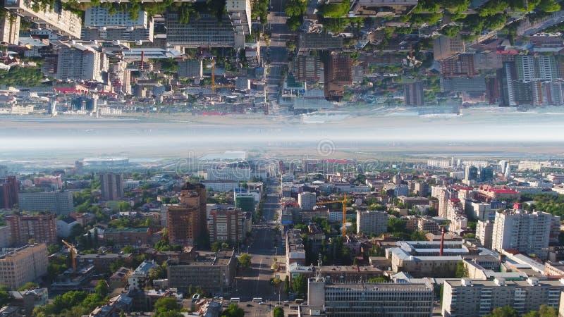 Satellietbeeld over de Stadsdistricten van Moskou in een de zomer zonnige dag, Rusland, het effect van de spiegelhorizon media Mo royalty-vrije stock fotografie