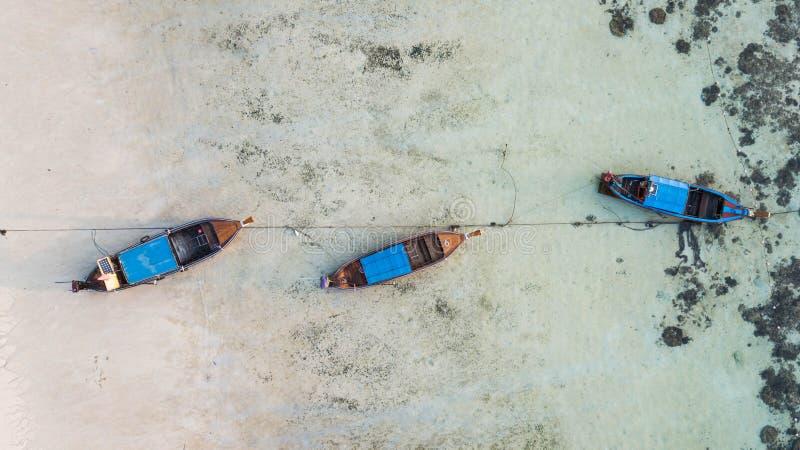 Satellietbeeld over groep lange staartboten in Koh Lipe-eiland, Satun, Thailand royalty-vrije stock afbeelding
