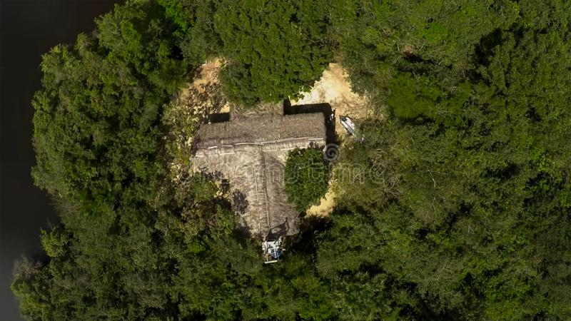 Satellietbeeld van alleen hut in het midden van een wildernisregenwoud royalty-vrije stock fotografie