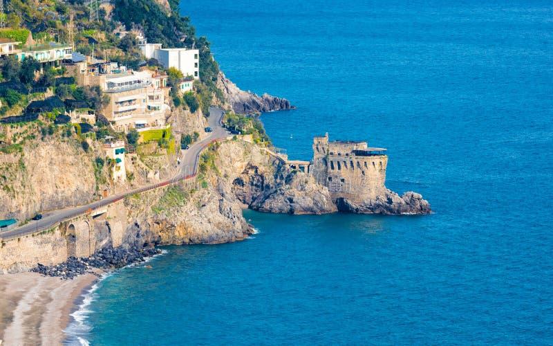 Satellietbeeld van Amalfitan-Kust dichtbij Maiori in provincie van Salerno, Campania, Italië royalty-vrije stock afbeeldingen