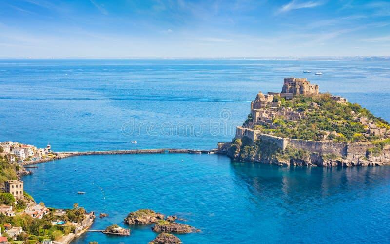 Satellietbeeld van Aragonese-Kasteel in overzees dichtbij Ischia eiland, Italië wordt gevestigd dat stock foto's
