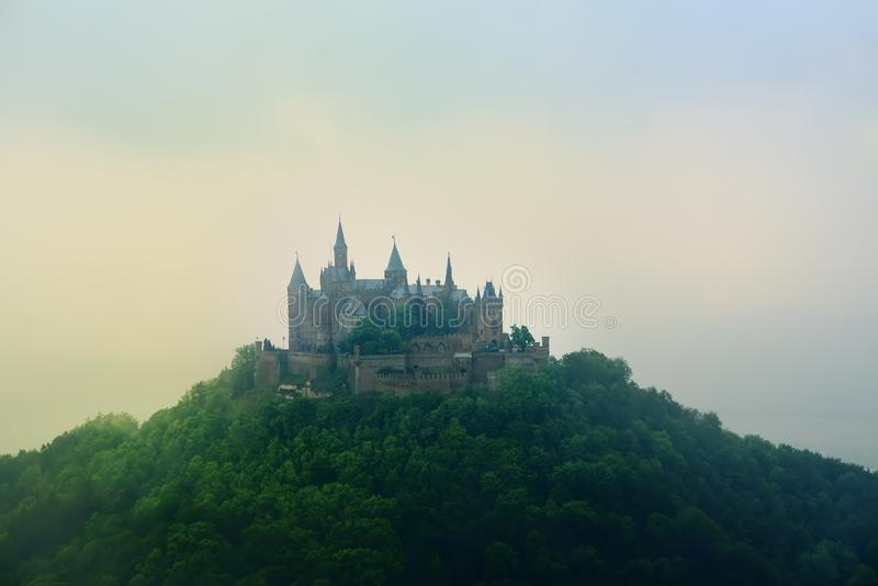 Satellietbeeld van beroemd Hohenzollern-Kasteel bij mistige de lente of de zomerdag royalty-vrije stock foto's