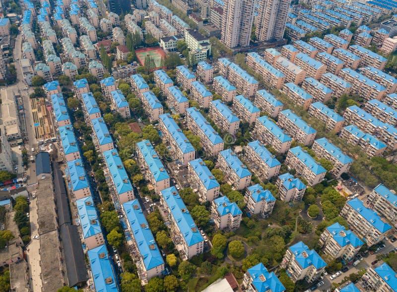 Satellietbeeld van blauwe huizen Woonbuurt Stedelijke woonwijk van hierboven Hoogste mening Onroerende goederen in de Stad van Sh stock fotografie