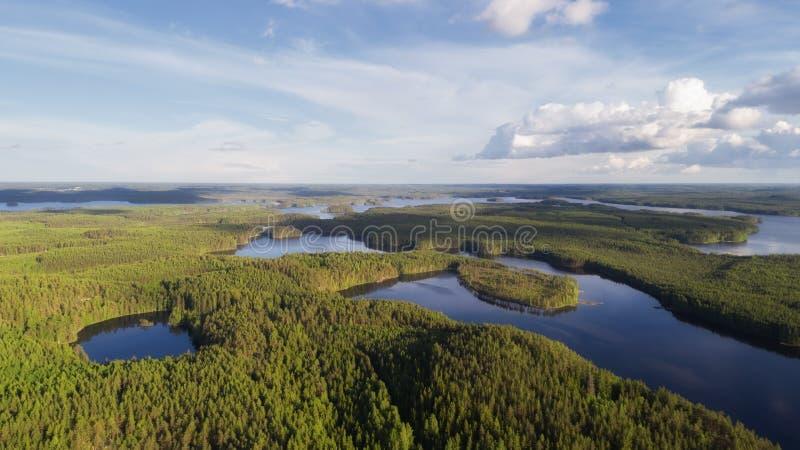 Satellietbeeld van blauwe meren en groen bos in Fins nationaal park bij de zomer royalty-vrije stock fotografie