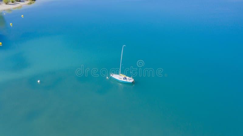 Satellietbeeld van boot in meer royalty-vrije stock foto