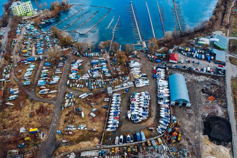 Satellietbeeld van bootyard op land Opgeslagen schepen tijdens de wintertijd royalty-vrije stock afbeeldingen