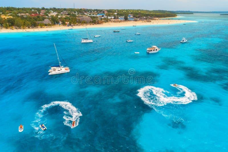 Satellietbeeld van boten en drijvende waterautoped in blauwe overzees royalty-vrije stock afbeeldingen