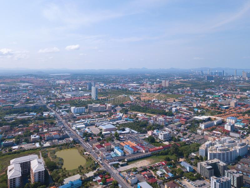 Satellietbeeld van boten in Pattaya-overzees, strand, en stedelijke stad met blauwe hemel voor reisachtergrond Chonburi, Thailand royalty-vrije stock foto