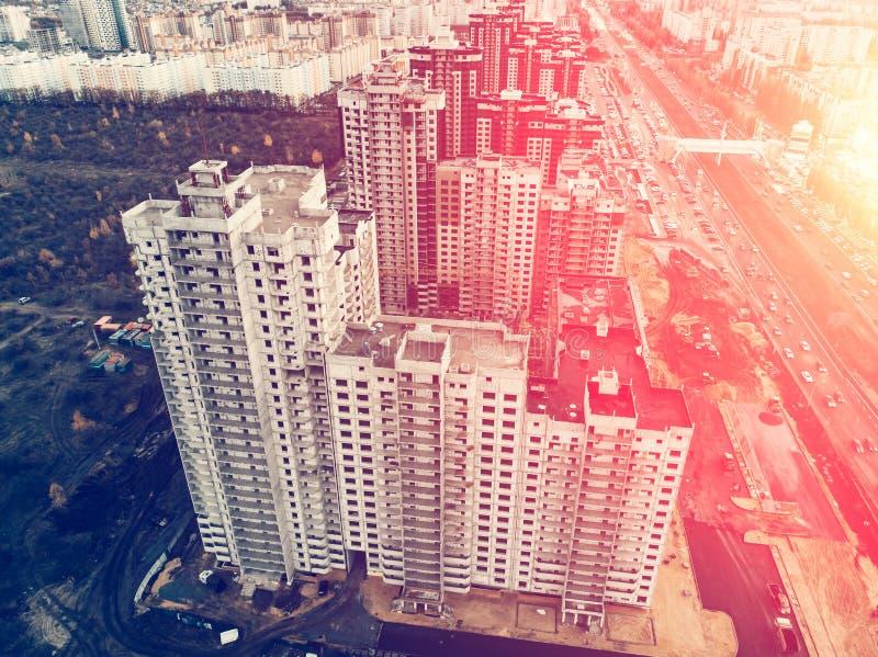 Satellietbeeld van bouwwerf van moderne huizen of gebouwen onder stadsarchitectuur, zonlichteffect stock afbeelding