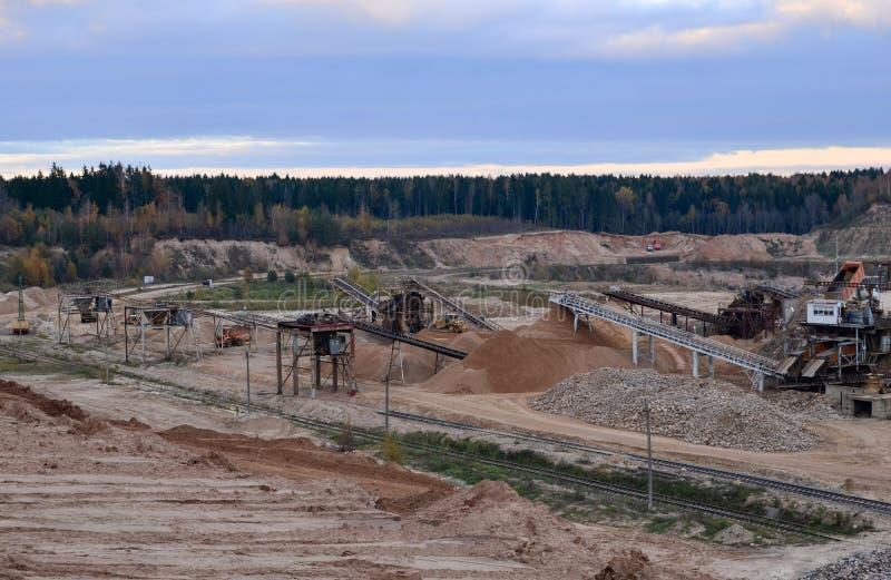 Satellietbeeld van bovengrondse mijnbouwsteengroeve met veel machines op het werk - bekijk hierboven van Productie nuttige minera stock afbeeldingen