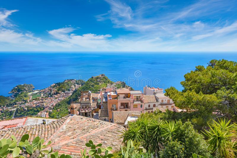 Satellietbeeld van Castelmola en Taormina in Sicilië, Italië stock foto