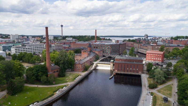 Satellietbeeld van dam in de stadscentrum van Tampere bij zonnige de zomerdag royalty-vrije stock foto's
