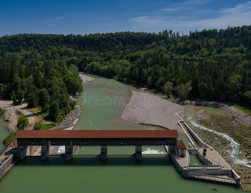 Satellietbeeld van damwaterkering met een mooie rivier en groene bomen royalty-vrije stock foto