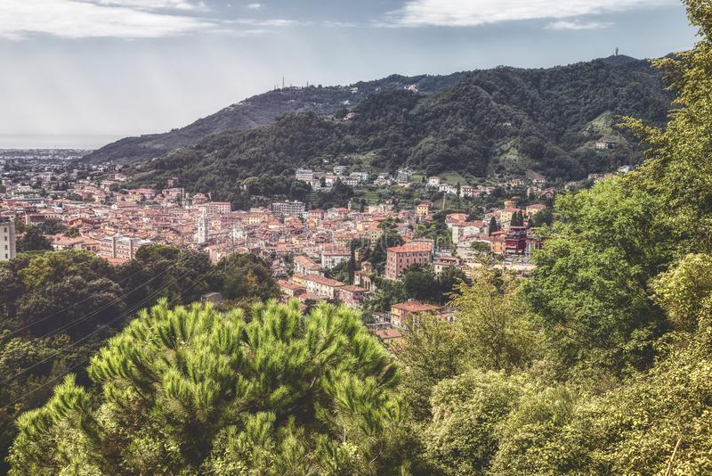 Satellietbeeld van de beroemde stad Carrara stock foto