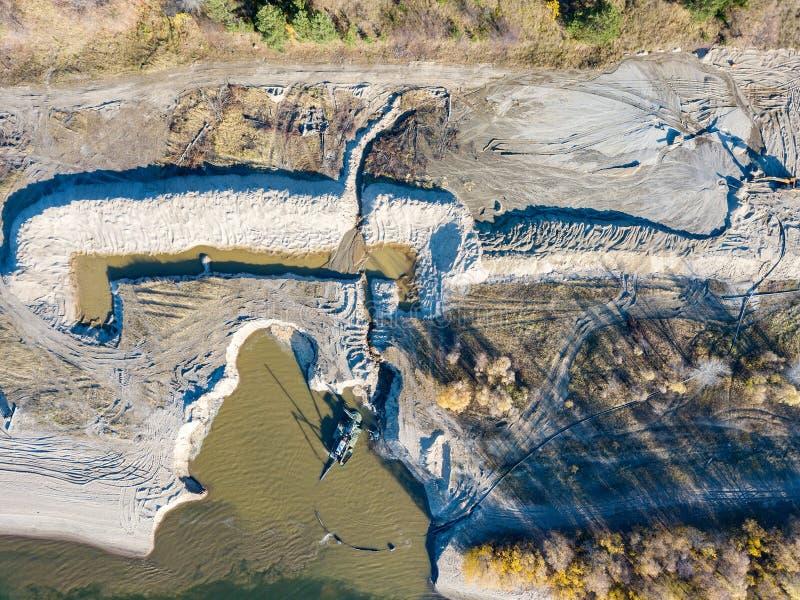 Satellietbeeld van de bouwwerf op de rivierbank met e stock afbeeldingen