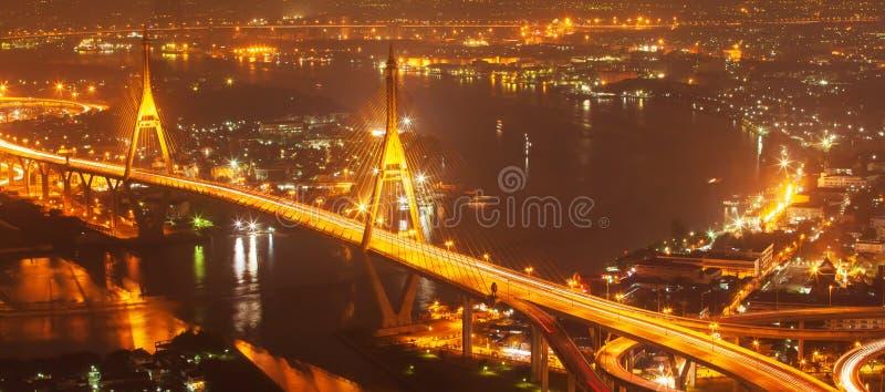 Satellietbeeld van de Hangbruggen en de wegenuitwisseling van Bhumibol over Chao Phraya River bij schemer Samut Prakan, Thailand stock fotografie