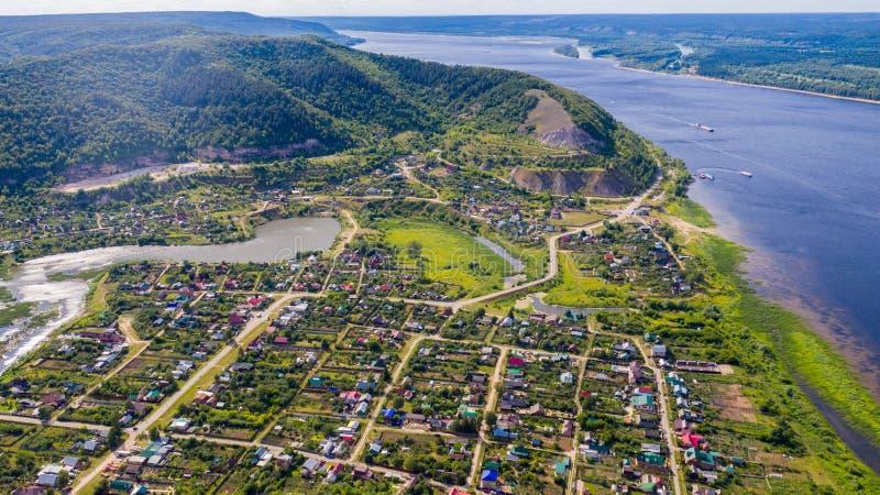 Satellietbeeld van de hommel van het dorp op de achtergrond van de heuvels en de Volga rivier royalty-vrije stock afbeeldingen