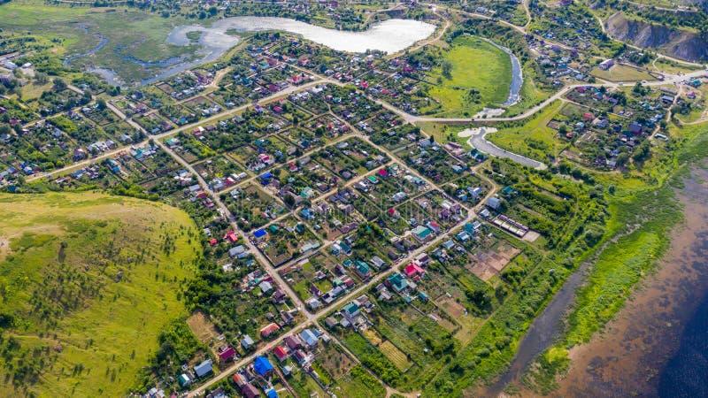 Satellietbeeld van de hommel van het dorp op de achtergrond van de heuvels en de Volga rivier stock afbeelding
