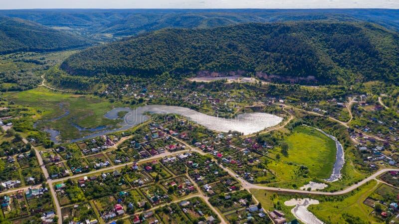 Satellietbeeld van de hommel van het dorp op de achtergrond van de heuvels en de Volga rivier stock afbeeldingen