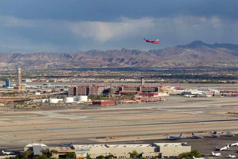 Satellietbeeld van de Internationale Luchthaven van McCarran in Las Vegas met Southwest Airlines Boeing die 737 opstijgen royalty-vrije stock foto's